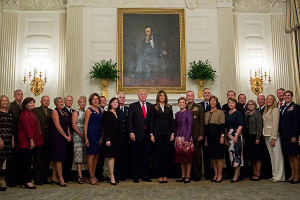 周四(10月5日)美国总统川普(特朗普)和第一夫人跟高级军事领导人和他们的家属进行会面。(Andrew Harrer-Pool/Getty Images)