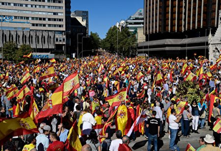 Protestors gather holding Spanish flags during a demonstration against independence of Catalonia called by DENAES foundation for the Spanish Nation Defence at Colon square in Madrid on October 07, 2017.. Spain braced for more protests despite tentative signs that the sides may be seeking to defuse the crisis after Madrid offered a first apology to Catalans injured by police during their outlawed independence vote. / AFP PHOTO / JAVIER SORIANO (Photo credit should read JAVIER SORIANO/AFP/Getty Images)