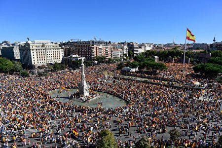 TOPSHOT - Protestors gather holding Spanish flags during a demonstration against independence of Catalonia called by DENAES foundation for the Spanish Nation Defence at Colon square in Madrid on October 07, 2017. Spain braced for more protests despite tentative signs that the sides may be seeking to defuse the crisis after Madrid offered a first apology to Catalans injured by police during their outlawed independence vote. / AFP PHOTO / JAVIER SORIANO (Photo credit should read JAVIER SORIANO/AFP/Getty Images)