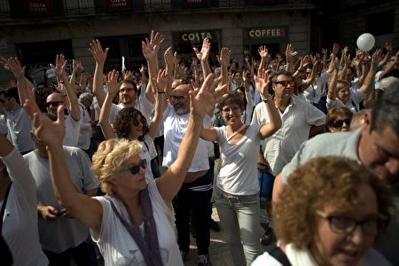 """Protesters attend a demonstration called by the """"Let's talk"""" (Parlem,Hablemos) association for dialogue in Catalonia in October 07, 2017 in Barcelona. Spain braced for more protests despite tentative signs that the sides may be seeking to defuse the crisis after Madrid offered a first apology to Catalans injured by police during their outlawed independence vote. / AFP PHOTO / Jorge GUERRERO (Photo credit should read JORGE GUERRERO/AFP/Getty Images)"""