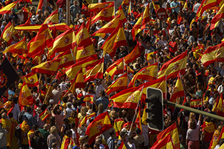 MADRID, SPAIN - OCTOBER 07: Demonstrators hold Spanish flags as they protest against the independence of Catalonia under the slogan 'For the defense and unity of Spain' called by DENAES foundation at Colon Square on October 7, 2017 in Madrid, Spain. Tension between the central government and the Catalan region have increased after last weekend's independence referendum. The Spanish government suspended the Catalan parliamentary session planned for Monday in which a declaration of independence was expected to be made. (Photo by Pablo Blazquez Dominguez/Getty Images)