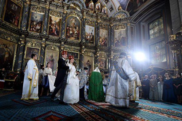 10月7日,菲利浦王子迎娶達尼卡。(ANDREJ ISAKOVIC/AFP/Getty Images)