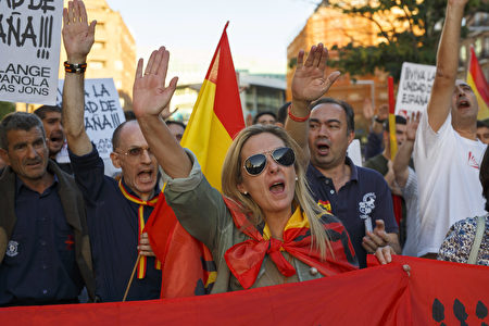 MADRID, SPAIN - OCTOBER 07: Demonstrators do the fascist salute during a protest against the independence of Catalonia under the slogan 'For the unity of Spain' called by far right wing party Falange Espaola de las Jons at Salvador Dali Square on October 7, 2017 in Madrid, Spain. Tension between the central government and the Catalan region have increased after last weekend's independence referendum. The Spanish government suspended the Catalan parliamentary session planned for Monday in which a declaration of independence was expected to be made. (Photo by Pablo Blazquez Dominguez/Getty Images)