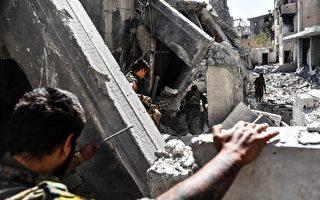 美國支持的盟軍攻打伊斯蘭國極端組織(ISIs),近日在敘利亞及阿富汗分別再傳捷報。圖為敘利亞民主力量(SDF)挺進拉卡。(BULENT KILIC/AFP/Getty Images)