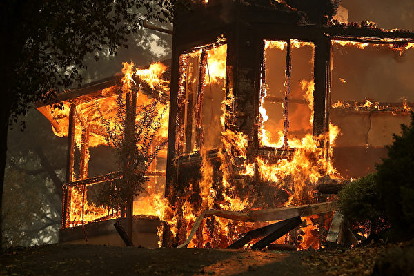 北加州遭遇十多場野火肆虐,燒焦了該州著名的葡萄酒之鄉。北加州大火至少造成15人死亡,150人失蹤。(Justin Sullivan/Getty Images)