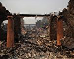 北加最具破坏性的野火制造了大量垃圾,正引发州史上最大规模的清理运动。图为10月9日加州纳帕县火灾过后的疮痍景象。  ( Justin Sullivan/Getty Images)