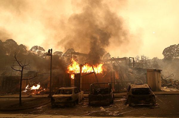 加州當局表示,星期二(10月10日),北加州遭遇十多場野火肆虐,其中最大的一場火燒焦了該州著名的葡萄酒之鄉。北加州大火至少造成11人死亡,100人失蹤。圖為聖羅莎。(Justin Sullivan/Getty Images)