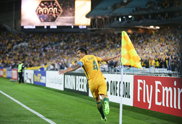 SYDNEY, AUSTRALIA - OCTOBER 10: Tim Cahill of Australia celebrates scoring their first goal during the 2018 FIFA World Cup Asian Playoff match between the Australian Socceroos and Syria at ANZ Stadium on October 10, 2017 in Sydney, Australia. (Photo by Matt King/Getty Images)