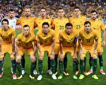 """10月10日晚,澳洲国家男子足球队以2:1战胜叙利亚队,离进军俄罗斯仅""""一步之遥""""。(WILLIAM WEST/AFP/Getty Images)"""