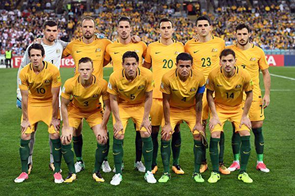 10月10日晚,澳洲國家男子足球隊以2:1戰勝敘利亞隊,離進軍俄羅斯僅「一步之遙」。(WILLIAM WEST/AFP/Getty Images)