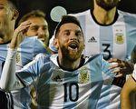 """梅西(10号)上演""""帽子戏法"""",帮助阿根廷队3:1客胜厄瓜多尔,以小组第三直接晋级世界杯。  (JUAN RUIZ/AFP/Getty Images)"""