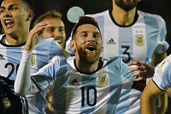 梅西(10號)上演「帽子戲法」,幫助阿根廷隊3:1客勝厄瓜多爾,以小組第三直接晉級世界盃。  (JUAN RUIZ/AFP/Getty Images)