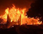 美國加州北部野火還在持續燃燒,災情嚴重。截至目前,大火已造成至少34人死亡,數百人失蹤。圖為北加州納帕谷一座莊園被大火吞噬。(JOSH EDELSON/AFP/Getty Images)