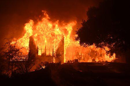 北加州納帕谷一座莊園被大火吞噬。(JOSH EDELSON/AFP/Getty Images)