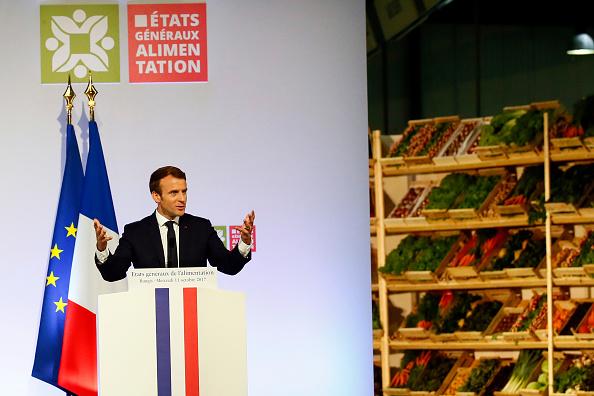 """法国总统马克龙10月11日在巴黎南郊杭济斯市(Rungis)举行的全国食品产业会议上宣布,政府将于2018年第一季度通过政令立法,重新平衡农业生产者、食品加工业与分销商之间的合同以及""""赔本转售法定最低价""""(seuil de revente à perte),以使农民能获得更好的收入。(FRANCOIS MORI/AFP/Getty Images)"""