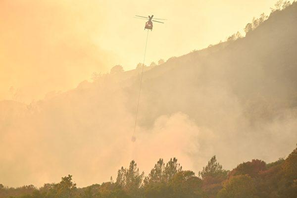 肆虐的加州大火除導致人員傷亡失蹤外,還摧毀3500棟建築。強風和乾燥天氣預計會引發額外的火勢。(JOSH EDELSON/AFP/Getty Images)