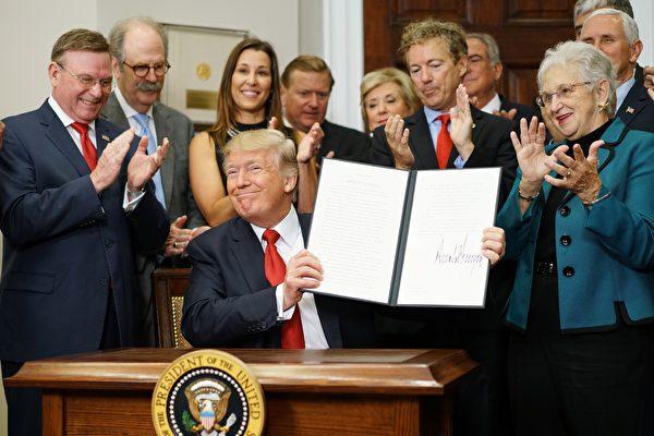 在國會改革健保法的努力陷入停滯之後,川普(特朗普)總統週四(10月12日)簽署行政令,允許雇主組團跨州購買健保。( MANDEL NGAN/AFP/Getty Images)