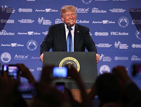 """美国总统川普(特朗普)星期五(10月13日)上午在""""价值取向选民峰会""""(Values Voter Summit)强调,他的政府对家庭和宗教自由的承诺,""""时代在改变......我们将回归传统""""。(Mark Wilson/Getty Images)"""