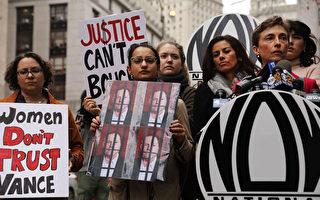 10月13日美国妇女组织(NOW)成员在纽约曼哈顿刑事法庭外举行新闻发布会和示威,强烈批评曼哈顿地区检察官万斯(Cyrus R. Vance Jr)决定不对电影制片人哈维·温斯坦(Harvey Weinstein)追究性虐待罪。(Spencer Platt / Getty Images)