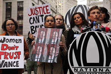 10月13日美國婦女組織(NOW)成員在紐約曼哈頓刑事法庭外舉行新聞發布會和示威,強烈批評曼哈頓地區檢察官萬斯(Cyrus R. Vance Jr)決定不對電影製片人哈維·溫斯坦(Harvey Weinstein)追究性虐待罪。(Spencer Platt / Getty Images)
