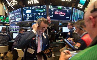 美国股市星期二(10月17日)道琼斯指数气势如虹,一度冲破23,000点,创下121年来新纪录,反弹到九年前的牛市。(BRYAN R. SMITH/AFP/Getty Images)