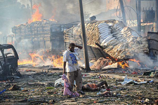 2017年10月14日,索马里首都摩加迪沙发生两起汽车炸弹攻击事件,死亡人数已增至276人,超过300人受伤。(Mohamed ABDIWAHAB/AFP)