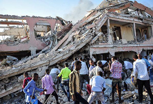 2017年10月14日,索马里首都摩加迪沙发生两起汽车炸弹攻击事件,现场几乎成了一片废墟。(Mohamed ABDIWAHAB/AFP) (Photo credit should read MOHAMED ABDIWAHAB/AFP/Getty Images)