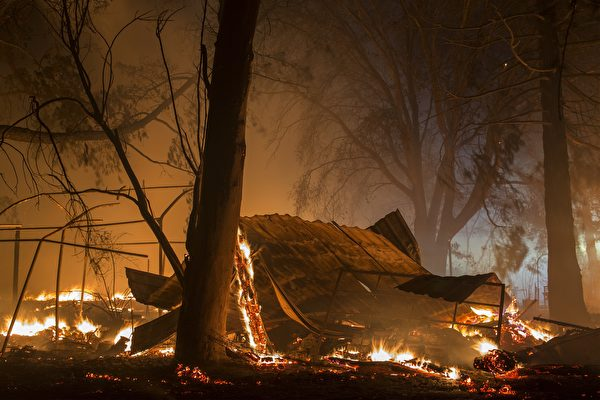 美國加州索諾馬縣山區野火延燒至今已造成34人死亡、數百人失蹤,由於氣象局預測又有強風降臨,當局於10月14日再度強制撤離數千人。(David McNew/Getty Images)