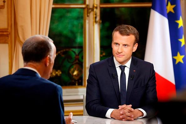 法國總統馬克龍10月15日(週日)晚上接受法國電視台TF1的專訪時宣佈,贊成驅逐有犯罪行為的非法移民。(PHILIPPE WOJAZER/AFP/Getty Images)
