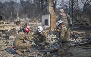 加州史上最严重的山林大火已持续一个星期之久。到目前为止,死亡人数上升到至少40人,大火覆盖了超过20万英亩的区域,毁掉了数千栋房屋及一段长达10英里的乡村美景。(David McNew/Getty Images)