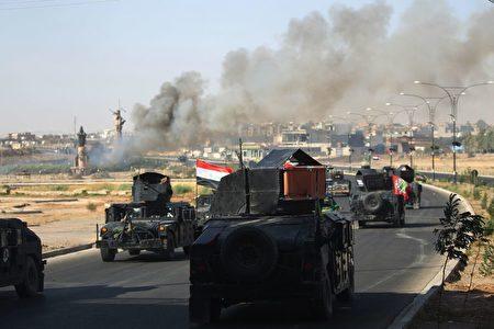二(10月17日)伊拉克政府军夺取了库尔德人控制的北部城市基尔库克。图为伊拉克军向基尔库克进军途中。( AHMAD AL-RUBAYE/AFP/Getty Images)