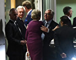 10月16日工作晚餐结束后,梅首相跟欧盟委员会主席容克告别。(EMMANUEL DUNAND/AFP/Getty Images)