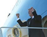 10月16日,川普总统走下空军一号。(MANDEL NGAN/AFP/Getty Images)
