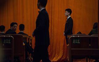 """""""十九大""""会议尽管名单一如惯例、包括中共三代新旧常委班子。但从央视播出的镜头来看,江泽民有两次在重要时候被遮挡,表面团结的背后隐藏着什么?  (FRED DUFOUR/AFP/Getty Images)"""