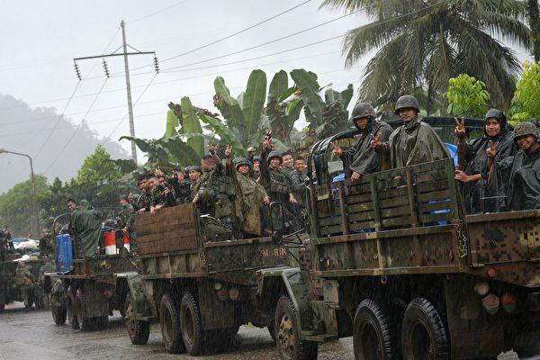 菲律賓國防部長於2017年10月23日宣布,政府安全部隊已全面收復南部馬拉威市,結束與親伊斯蘭國的武裝民兵長達5個月的戰鬥。(TED ALJIBE/AFP/Getty Images)