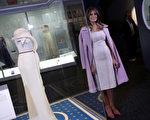 """梅拉尼娅星期五(10月20日)上午,将她出席今年1月20日川普就职舞会,亲自挑选的礼服,捐赠给在华府的""""美国国家历史博物馆""""(Win McNamee/Getty Images)"""