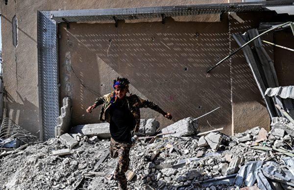 川普總統週六慶祝從伊斯蘭國手中奪回拉卡,他說,本週,美國支持的敘利亞部隊奪回拉卡可能導致IS的終結。(BULENT KILIC/AFP/Getty Images)
