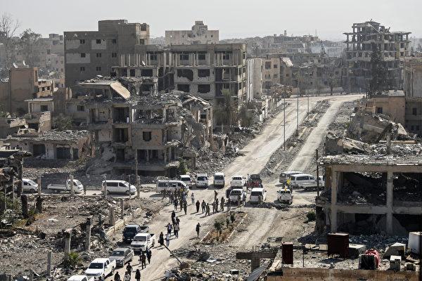 週五(10月20日),庫爾德人領導的「敘利亞民主軍」(SDF)發表聲明收復伊斯蘭國(IS)大本營拉卡。(BULENT KILIC/AFP/Getty Images)
