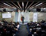 周六(10月21日)西班牙首相拉霍伊按计划召开紧急内阁会议,商讨启动宪法第155条,由中央政府控制加泰,并强行举行地区重新选举。(Pablo Blazquez Dominguez/Getty Images)