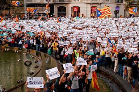 周六(10月21日)西班牙首相拉霍伊按计划召开紧急内阁会议,商讨由中央政府控制加泰,并强行举行地区重新选举,这遭到45万加泰人民上街抗议。(PAU BARRENA/AFP/Getty Images)
