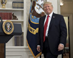 """总统川普(特朗普)星期四在得知众议院通过预算案后,立即发推文说:""""重大消息,预算案刚才过关了!""""(SAUL LOEB/AFP/Getty Images)"""