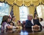 10月31日是万圣节,27日,美国总统川普(特朗普)在白宫椭圆办公室招待新闻记者的孩子们,并给孩子们发糖。(Drew Angerer/Getty Images)