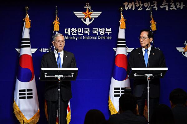 星期六(10月28日),馬蒂斯在首爾和韓國防長宋永武(Song Young-moo)共同舉行新聞發布會。(Song Kyung-Seok-Pool/Getty Images)