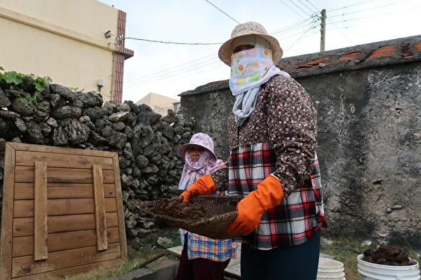 南寮的居民會收集牛糞作為燃料。(徐曼沅/大紀元)