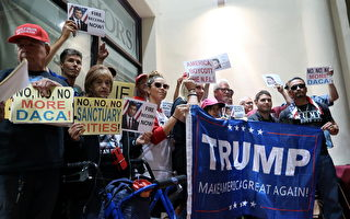 加州多數黨領袖卡德隆 (Ian Calderon) 和州總檢察長貝塞拉 (Xavier Becerra) 在洛杉磯惠蒂爾學院舉行市民大會,遭到川普支持者的抗議。(徐綉惠/大紀元)