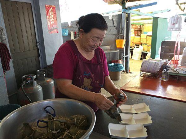 到七美島別忘了去嚐嚐在港口附近的肉粽店,包了三十年粽子,高齡76歲的老阿婆手腳仍很麻利。(徐曼沅/大紀元)