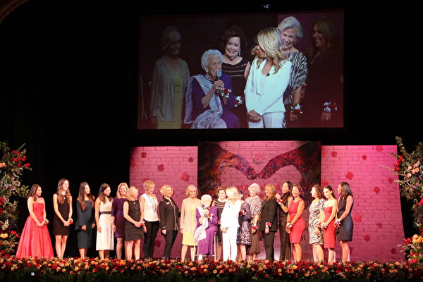 """纪念""""百年""""玫瑰皇后与公主的诞生,主办方特别邀请了18位往届的玫瑰皇后出席加冕仪式。(徐绣惠/大纪元)"""