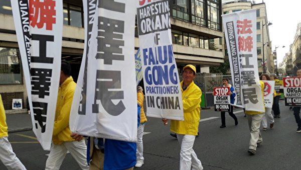 9月30日,唐国魁在巴黎参加欧洲法轮功的反迫害大游行。(大纪元)