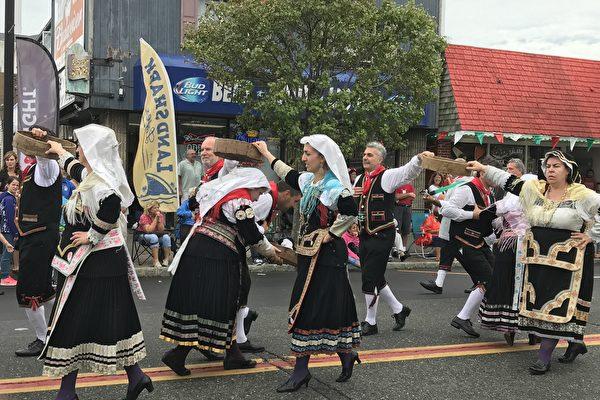图:节庆中的游行队伍表演舞蹈。(凌寒/大纪元)
