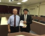 王竹青博士(右)谈加州水系统整治计划。(袁玫/大纪元)